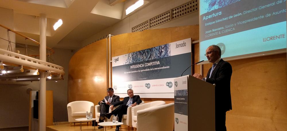 Joan Navarro, vicepresidente de Asuntos Públicos de LLORENTE & CUENCA, inaugura el acto